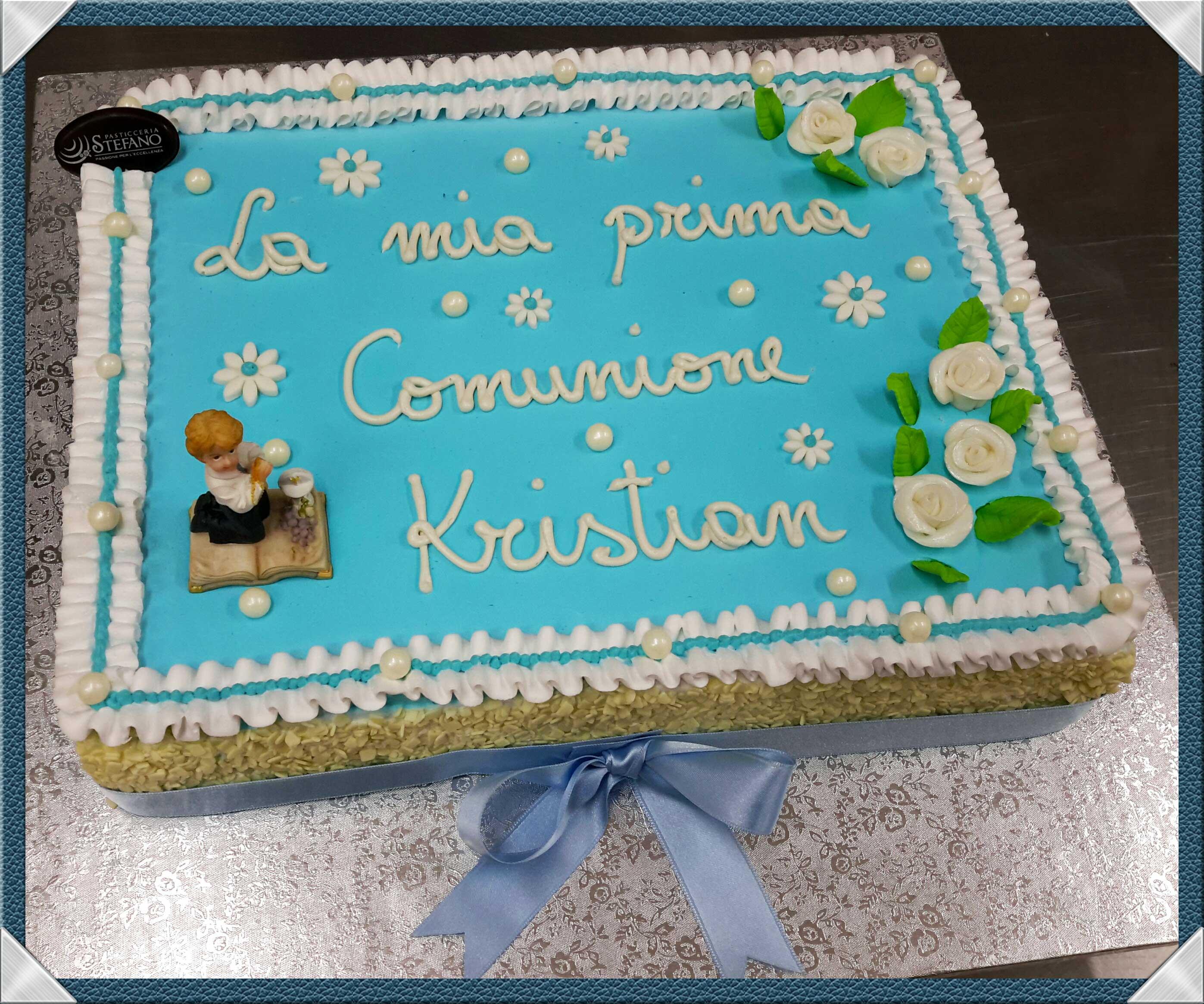 Coloratissima torta rettangolare con finitura superficiale in panna di  color azzurro e con bordo stile \\u201cnastro\\u201d in panna bianca.